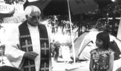 Pfr. Artur Gläßer hält den Zeltgottesdienst beim Zeltlager